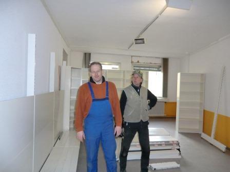 Die Regalverantwortlichen Ingo und Bernhard
